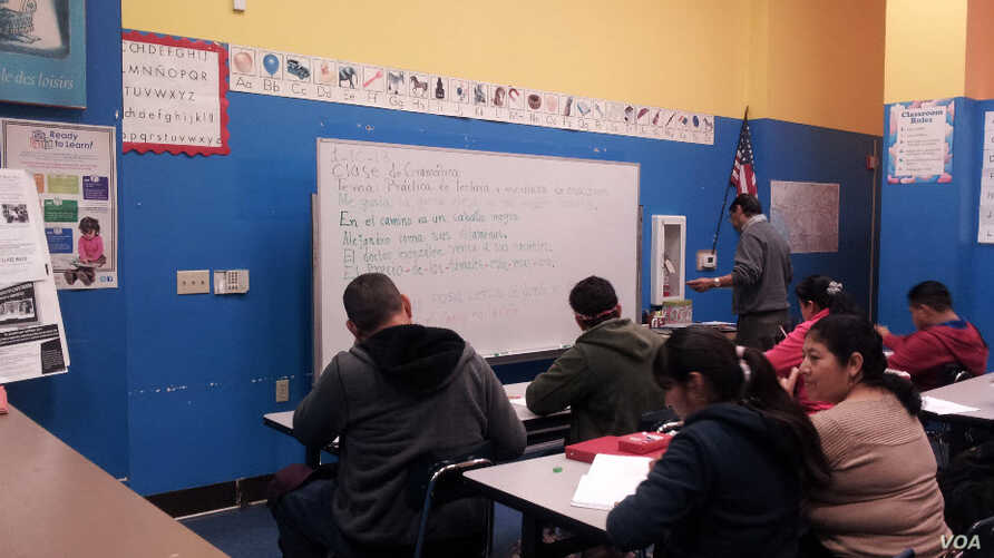 At the Centro Latino for Literacy in Los Angeles, some students must begin gaining English language skills by learning to read and write in their native Spanish. (VOA/C. Richard)