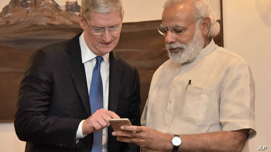 Indian Prime Minister Narendra Modi, right, meets Apple CEO Tim Cook, in New Delhi, India, May 21, 2016. Cook laid out his company's plans for the vast Indian market during a meeting with Modi.