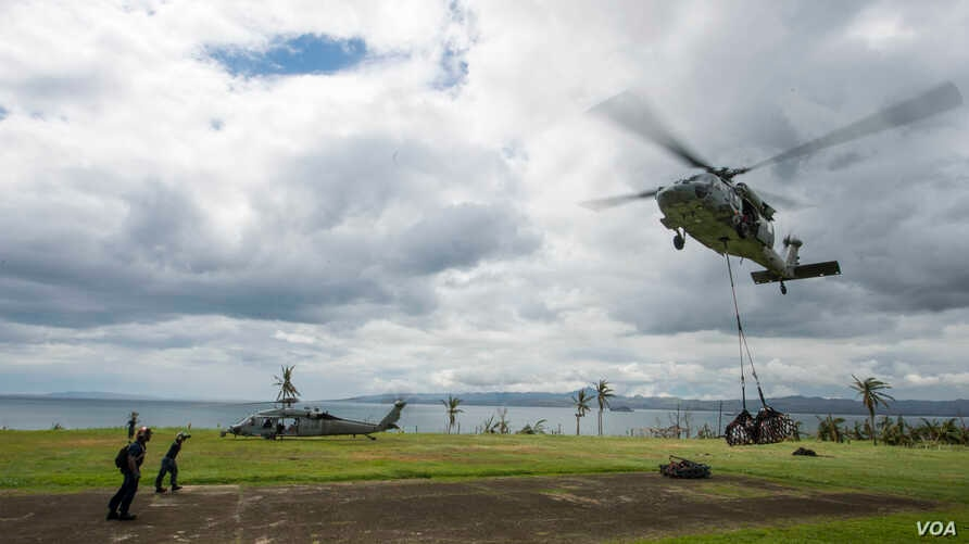 A Seahawk helicopter transports international relief supplies in support of Operation Damayan, Ormoc City, Philippines, Nov. 17, 2013. (U.S. Navy)