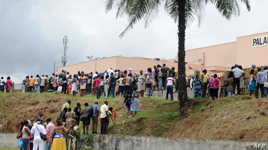 Releatives gather outside the Palais de Justice (law courts) in Libreville on September 5, 2016, waiting for news of their relatives who were arrested following post-election chaos in which three killed and 105 wounded.