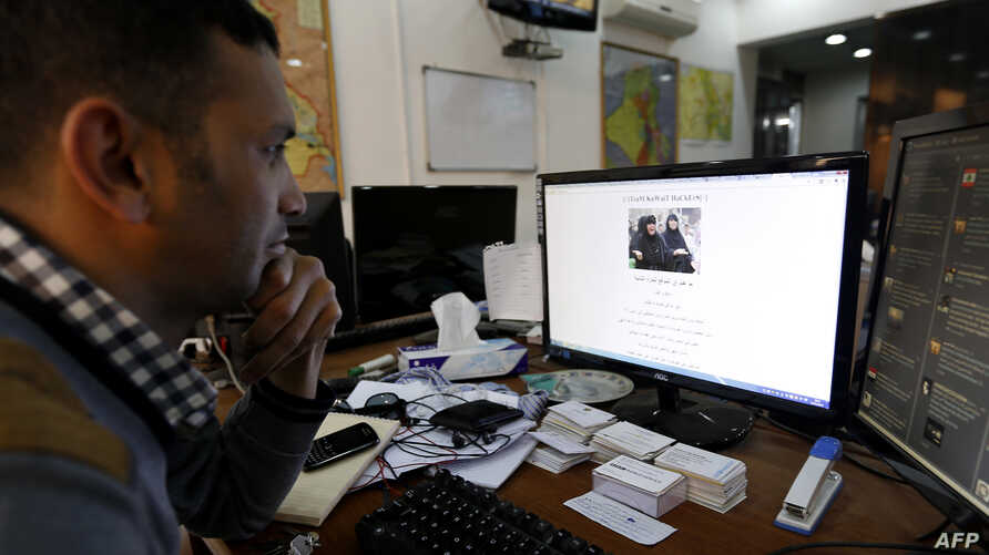 An Iraqi man looks at the official website of the country's prime minister after it was hacked in Baghdad, February 2, 2013.