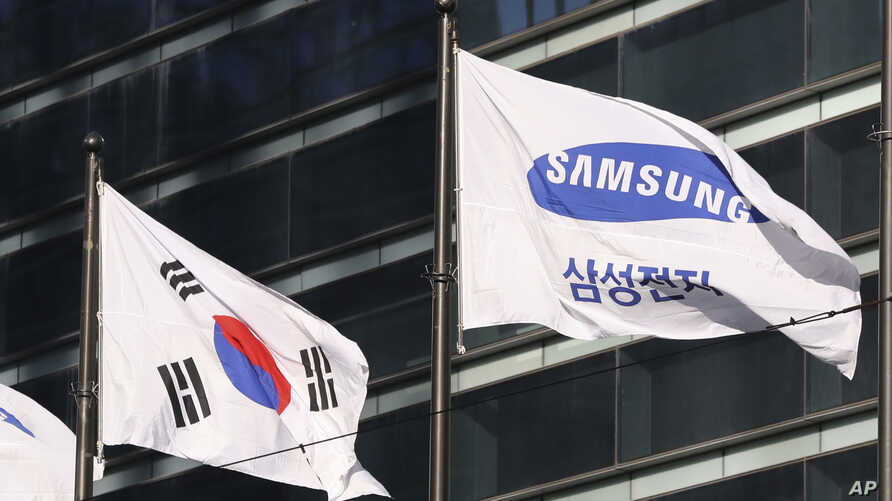The company flag of Samsung Electronics flutters next to the South Korean national flag in Seoul, South Korea, Jan. 16, 2017.