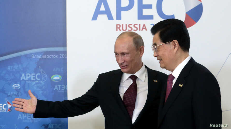 Russia's President Vladimir Putin (L) greets China's President Hu Jintao upon his arrival at the APEC Summit in Vladivostok September 8, 2012.    REUTERS/Mikhail Metzel/Pool (RUSSIA  - Tags: POLITICS)