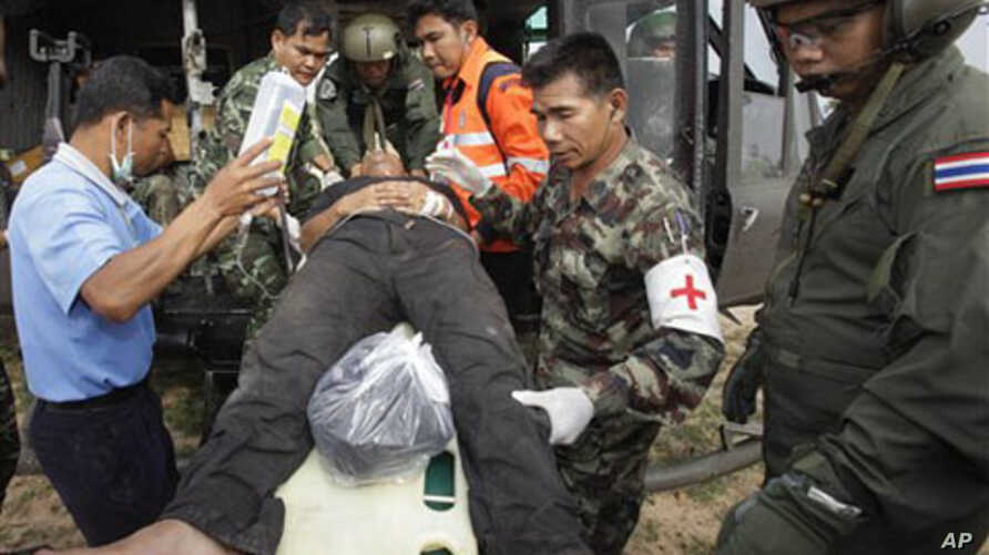 An injured Thai soldier on a stretcher is helped to board a helicopter to be transferred to a hospital following the clashes between Thailand and Cambodia in Surin province, northeastern Thailand, April 28, 2011