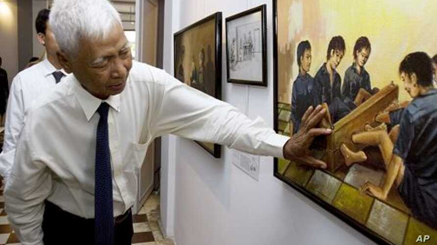 Vann Nath, one of just seven survivors of the Khmer Rouge's S-21 prison in Cambodia's capital Phnom Penh, now known as the Tuol Sleng Genocide Museum, explains a painting depicting torture at his exhibition in Phnom Penh, (File Photo)