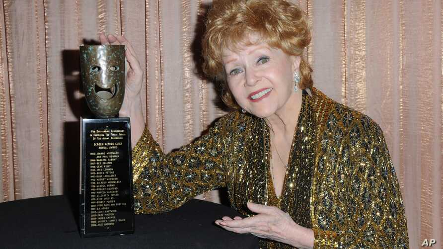 """FILE - Debbie Reynolds, shown with her SAG Lifetime Achievement Award in January 2015, rose to fame in 1952's """"Singin' in the Rain"""" and earned an Oscar nomination for 1964's """"The Unsinkable Molly Brown."""""""