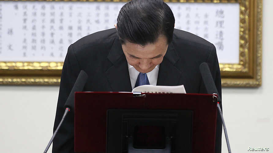Taiwan President Ma Ying-jeou bows after announcing his resignation from the Kuomintang (KMT) party chairman position during the party's central standing committee in Taipei, December 3, 2014.