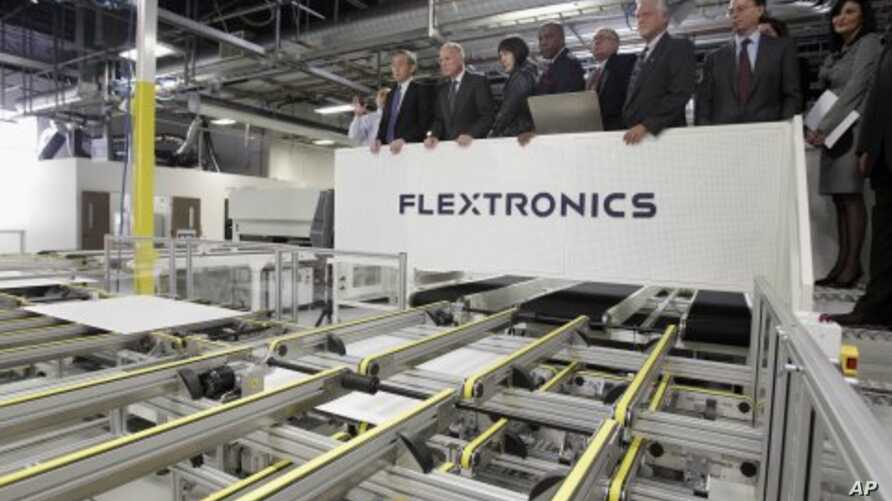 Government officials including U.S. Energy Secretary, Steven Chu, far left, and California Gov. Jerry Brown, second from left, tour a solar powered facility at Flextronics in Milpitas, California (File Photo - April 12, 2011)