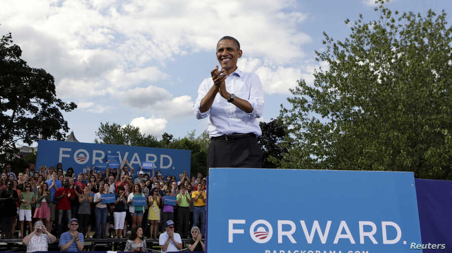 U.S. President Barack Obama reacts to supporters during a campaign event in Rochester, New Hampshire August 18, 2012.  REUTERS/Kevin Lamarque (UNITED STATES - Tags: POLITICS ELECTIONS)