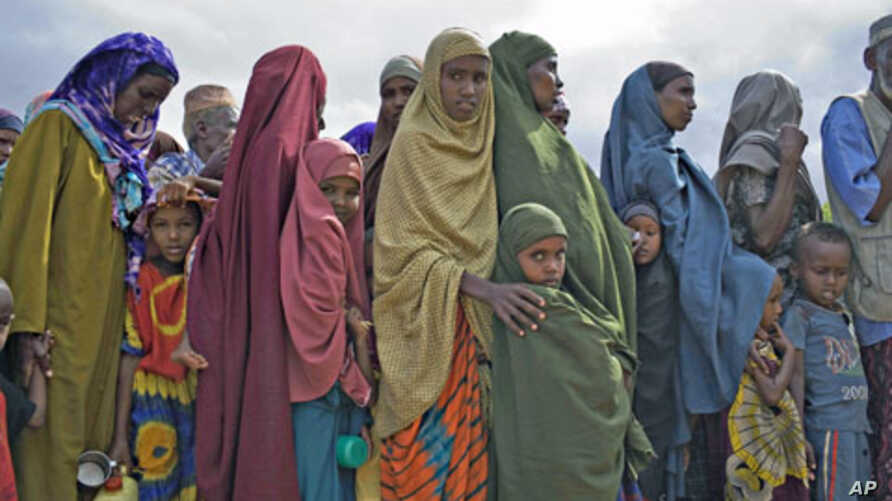 Newly arrived Somali refugees wait to be registered by the United Nations High Commission for Refugees at Dagahaley camp in Dadaab in Kenya's northeastern province, June 8, 2009 (file photo)