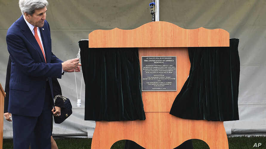 U.S. Secretary of State John Kerry unveils a plaque during a dedication at the site of the future of the American War Memorial beside the National War Memorial in Wellington, New Zealand, Nov. 13, 2016. Kerry returned Sunday to New Zealand, which had