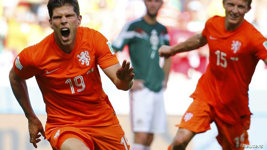 Klaas-Jan Huntelaar (L) and Dirk Kuyt of the Netherlands celebrate Huntelaar's goal during their 2014 World Cup round of 16 game against Mexico at the Castelao arena in Fortaleza June 29, 2014.
