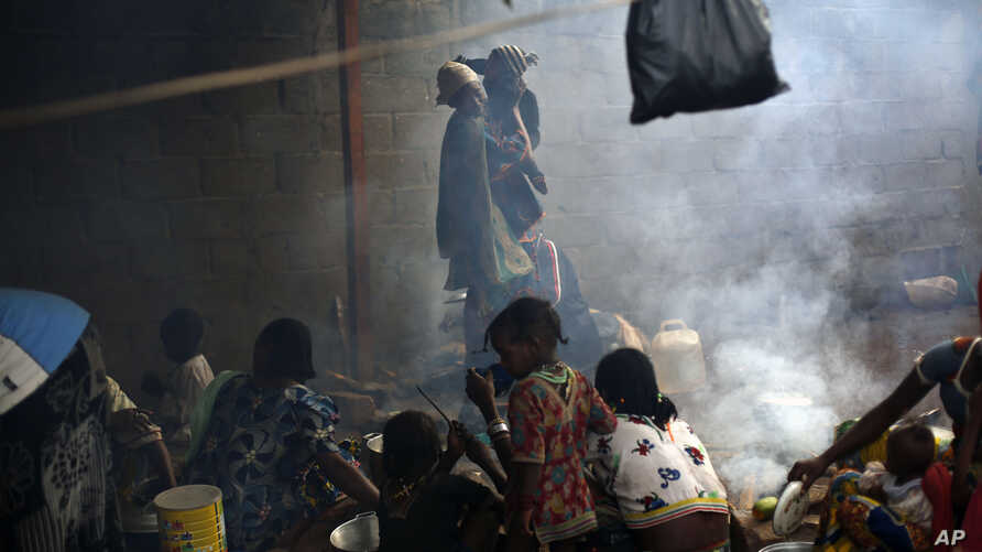 Muslim refugees prepare food at the Catholic church in Carnot, Central African Republic, April 15, 2014.