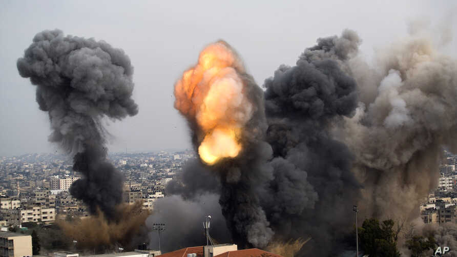 Smoke billows from the site of an Israeli airstrike in Gaza City, November 21, 2012.
