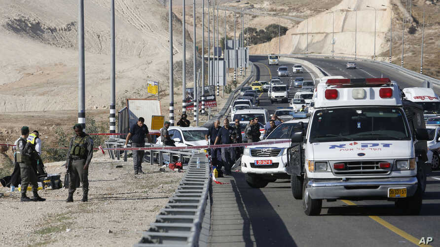 Israeli security forces secure the scene of an attack near Kfar Adumim settlement in the West Bank, Nov 27, 2015. Israeli police say a Palestinian was shot and killed after ramming his car into a group of Israelis in the West Bank.