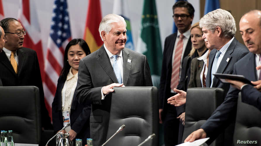 US Secretary of State Rex Tillerson (C) and others wait for an opening session meeting of G-20 foreign ministers on Feb. 16, 2017 in Bonn.