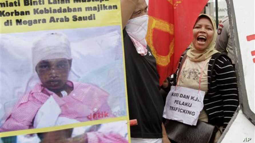 Indonesian workers in Jakarta shout slogans during a protest against the abuse of Sumiati, an Indonesian worker in Saudi Arabia. (file photo)