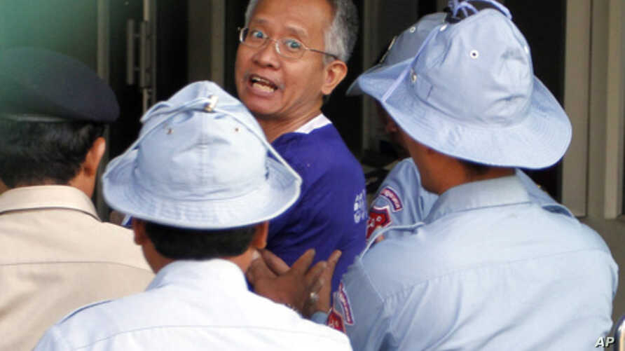 Veera Somkwamkid (C), former leader of Thailand's People's Alliance for Democracy, is escorted by Cambodian police at Phnom Penh Municipal Court, Jan 12, 2011.
