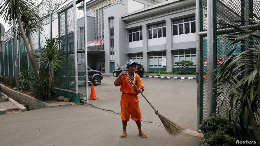 A worker sweeps at the gate of Cipinang prison in Jakarta, Jan. 17, 2016. Islamist cleric Aman Abdurrahman, who has led an Islamic State-affiliated militant network from the prison, was released early for Indonesia's Independence Day Thursday. He is