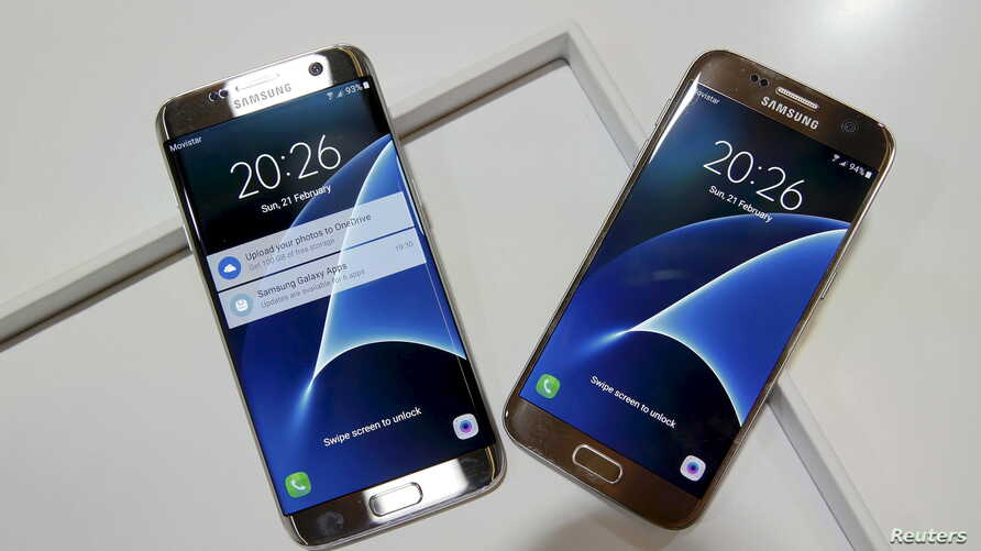 New Samsung S7 (R) and S7 edge smartphones are displayed after their unveiling ceremony at the Mobile World Congress in Barcelona, Spain, Feb. 21, 2016.