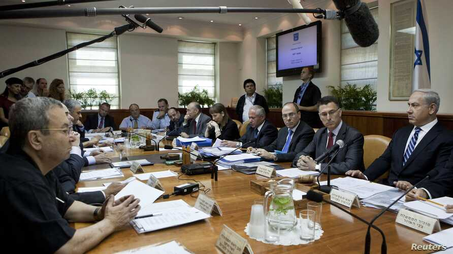 Israel's Prime Minister Benjamin Netanyahu (R) sits across from Defence Minister Ehud Barak (L) during the weekly cabinet meeting in Jerusalem, October 14, 2012