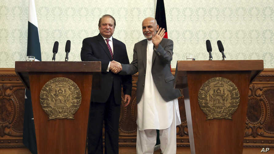 Afghan President Ashraf Ghani, right, shakes hands with Pakistani Prime Minster Nawaz Sharif during a joint press conference at the presidential palace in Kabul, Afghanistan, May 12, 2015.