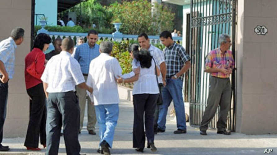 Unidentified people enter the municipal court for the trial of US citizen Alan Gross, charged with espionage, on March 4, 2011 in Havana