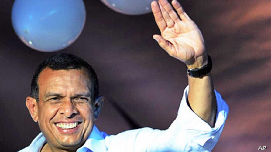 The president-elect of Honduras, Porfirio Lobo waves to supporters in Tegucigalpa, on 30 Nov, 2009. Conservative Porfirio Lobo has claimed a large win in the controversial first presidential election in Honduras since a June 28 coup -- and vowed to f