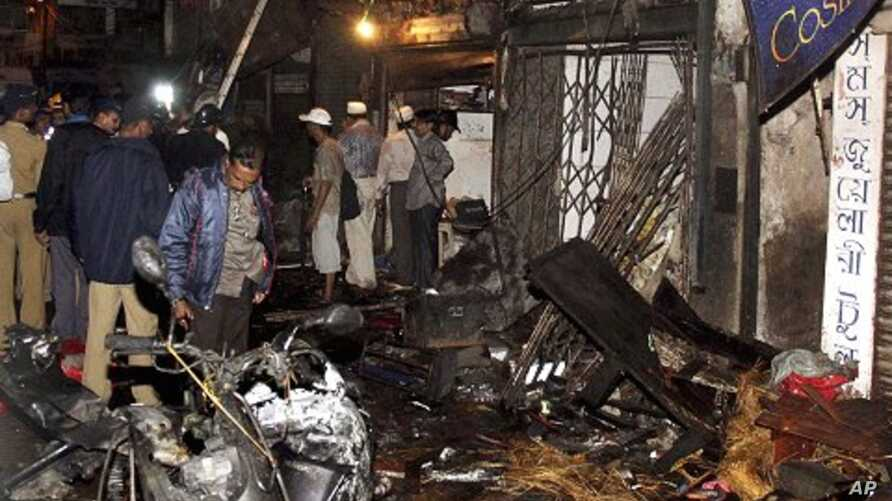 Policemen inspect the site of a bomb explosion at Zaveri bazaar in Mumbai, India, July 13, 2011