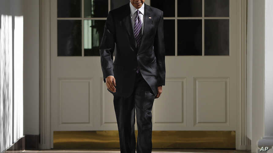 President Barack Obama walks down the White House Colonnade from the main residence to the Oval Office, in Washington, Nov. 9, 2016.