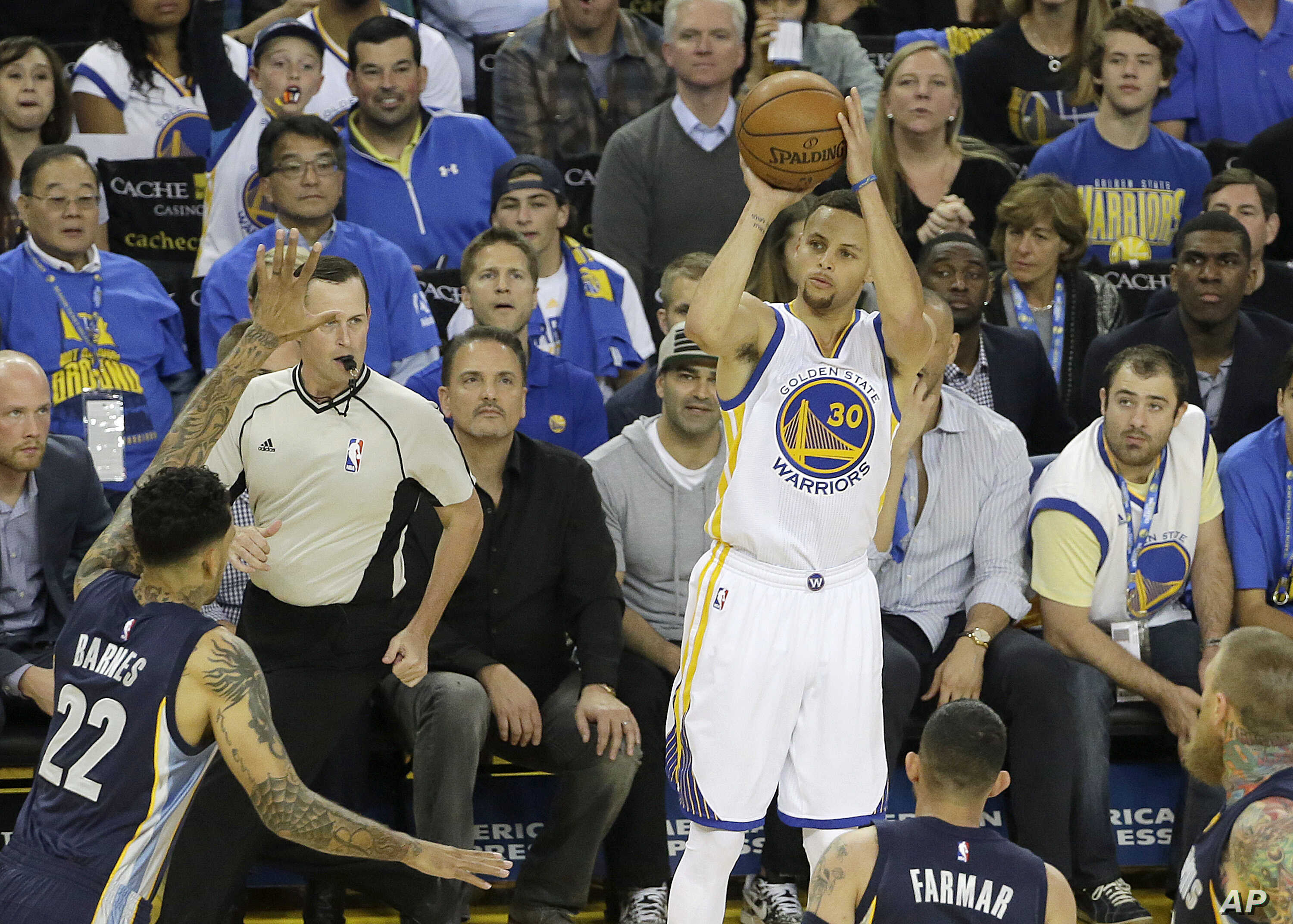 Golden State Warriors guard Stephen Curry (30) shoots a three point basket during the first half of an NBA basketball game against the Memphis Grizzlies in Oakland, Calif., Wednesday, April 13, 2016.