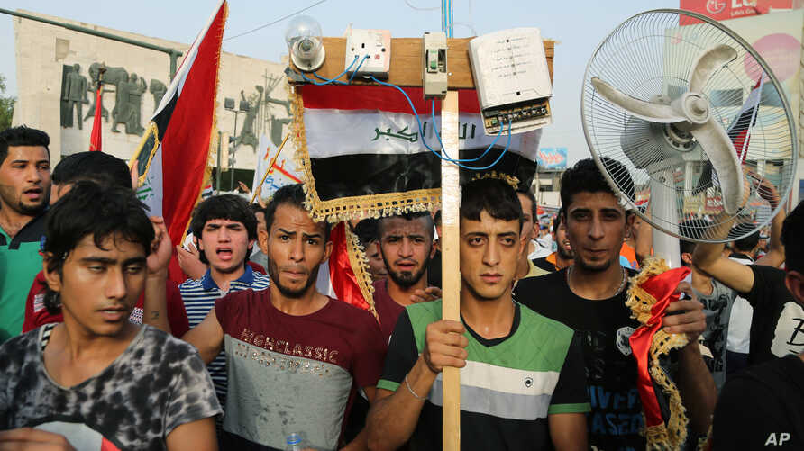 Thousands of Iraqis have braved the scorching summer heat to stage the protest against government corruption in Tahrir Square in Baghdad, Aug. 7, 2015.