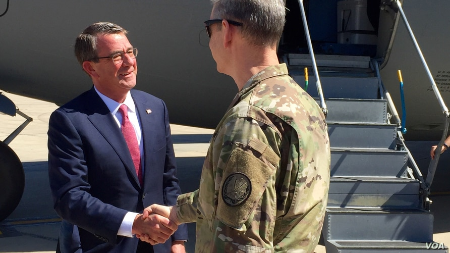 Secretary of Defense Ash Carter is greeted by U.S. General McFarland upon arriving in Baghdad, April 18, 2016. (C. Babb/VOA)
