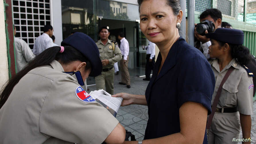 (File Photo) Cambodian opposition lawmaker Mu Sochua goes through a security check at Phnom Penh Municipal Court, Sept. 8, 2010.