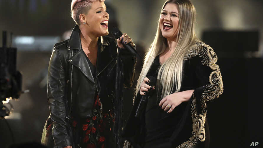 """Pink, left, and Kelly Clarkson perform """"Everybody Hurts"""" at the American Music Awards at the Microsoft Theater on Sunday, Nov. 19, 2017, in Los Angeles."""