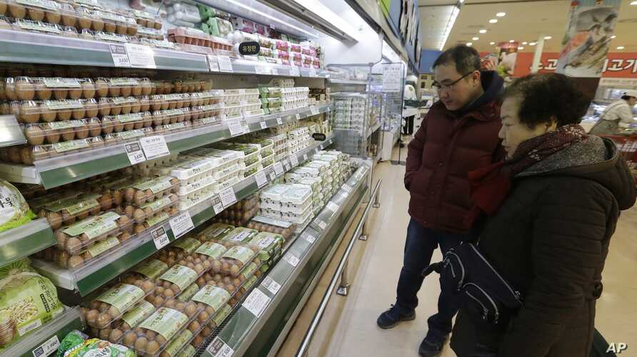 Customers shop for eggs at a discount store in Seoul, South Korea, Dec. 28, 2016. Egg prices are soaring and new year's festivals are being canceled as South Korea fights its worst bird flu outbreak in over a decade.