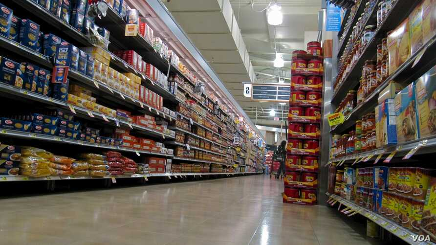 About 80 percent of the packaged foods on American supermarket shelves contain ingredients from genetically modified organisms, according to the Grocery Manufacturers Association. credit: VOA/S. Baragona