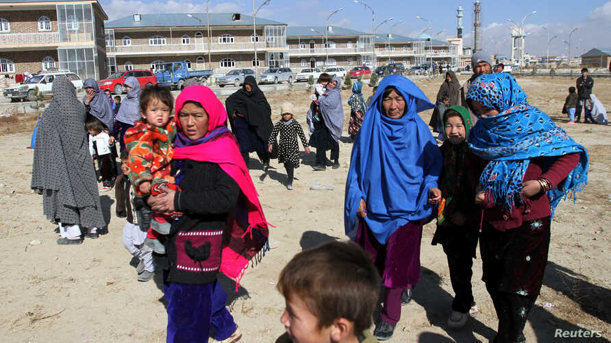 Afghan families fleeing from the districts of Malistan and Jaghori, because of the conflict between Taliban and Afghan forces, arrive in Ghazni, Afghanistan, Nov. 14, 2018.