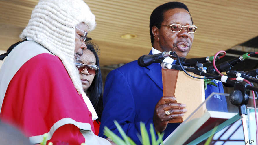 Malawi's President Bingu wa Mutharika takes the oath of office during his inauguration ceremony at the Kamuzu stadium in Blantyre, May 22, 2009.