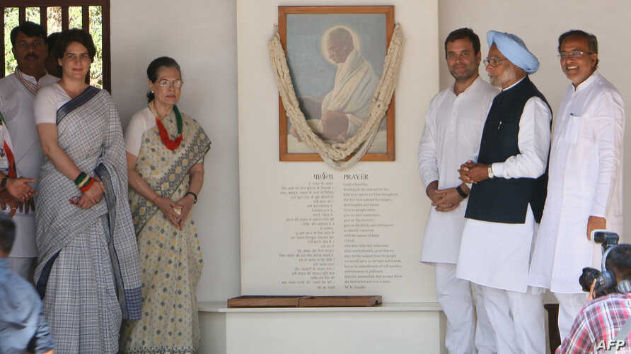 Indian Congress President Rahul Gandhi (3R), former Indian PM Manmohan Singh (2R), Congress Party Chairperson Sonia Gandhi (3L) and All India Congress Committee general secretary for eastern Uttar Pradesh Priyanka Gandhi Vadra (2L) pose next next to