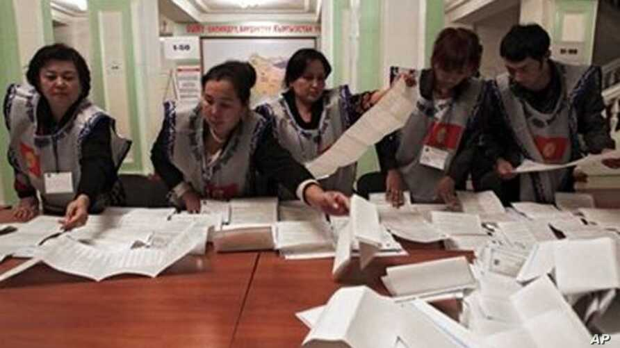 Members of local electoral committee sort through a ballot box, at a polling station in Osh, Southern Kyrgyzstan, 10 Oct 2010