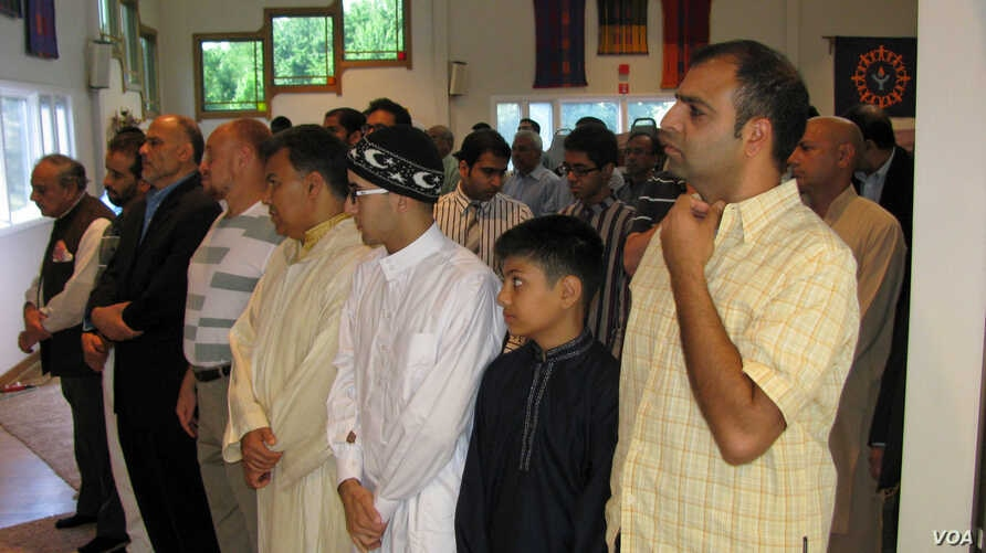 American Muslims are seen offering Eid al-Fitr prayers in a community center in northern Virginia August 8, 2013 (Mohammed Elshinnawi/VOA).