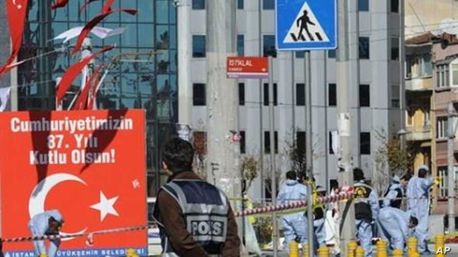 Police forensic experts work at the scene after an explosion in Istanbul's central Taksim Square, 31 Oct 2010