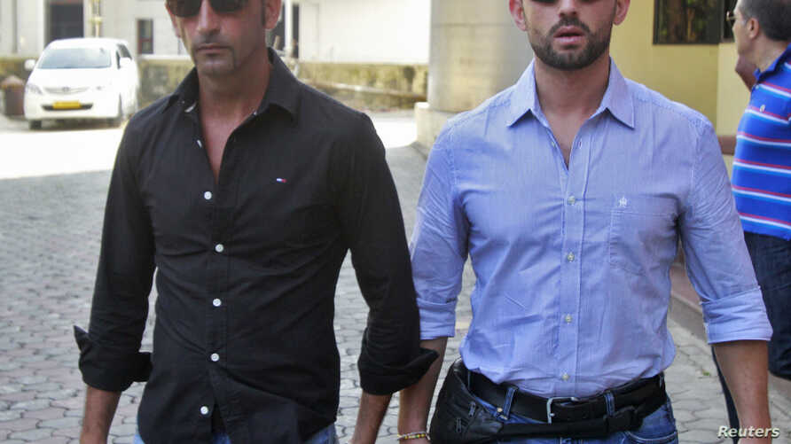 Italian sailors Salvatore Girone (R) and Massimiliano Latorre leave police commissioner office in the southern Indian city of Kochi Jan. 18, 2013.