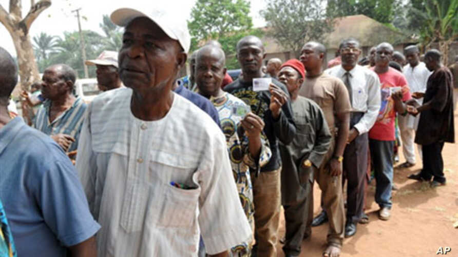 Voters queue to cast their vote during the governorship election at Ekulobia district in Anambra State, Nigeria, 06 Feb 2010