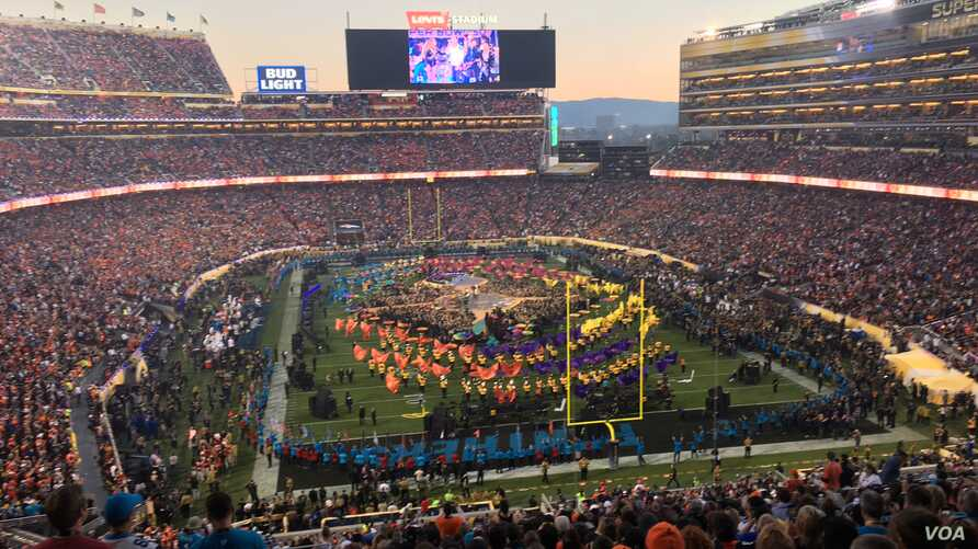 Superbowl halftime show in San Francisco, California as the Super Bowl 50 football game is being played Sunday night, Feb. 7, 2016. (photo: P. Brewer/VOA)