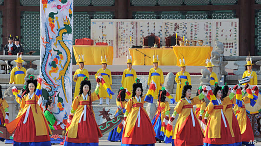 South Koreans attired in royal court costumes dance during a ceremony to welcome the return of priceless ancient royal books at Gyeongbok Palace in Seoul, June 11, 2011