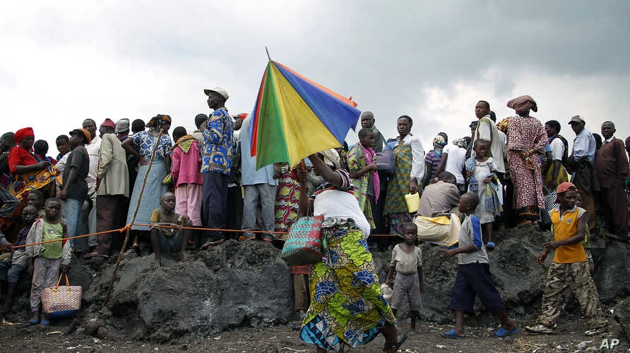Internally displaced Congolese wait for food to be distributed at the Mugunga 3 camp outside the eastern town of Goma, December 2, 2012.