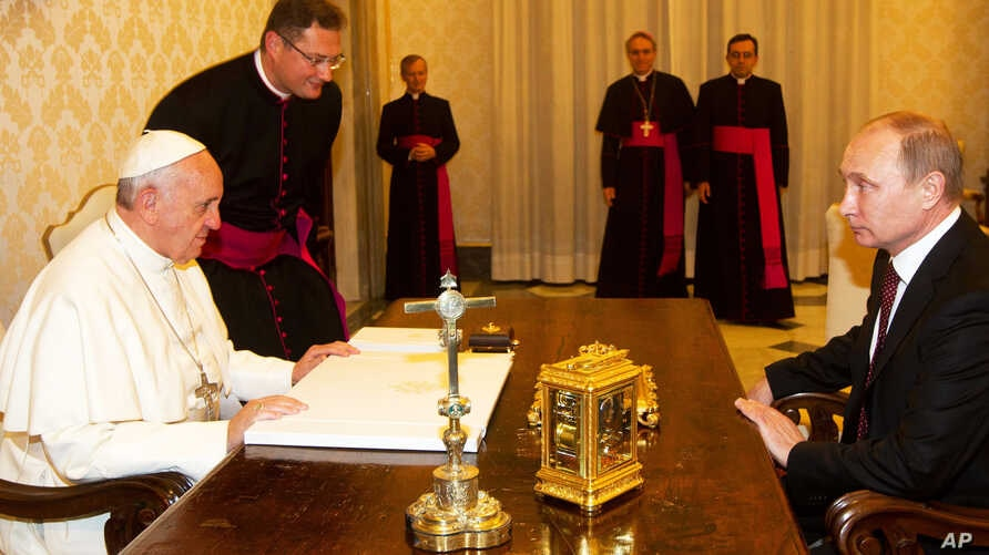 Pope Francis and Russian President Vladimir Putin (r) during Putin's private audience at the Vatican,  Nov. 25, 2013.
