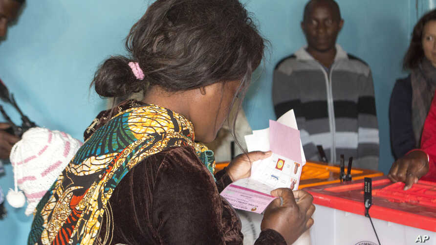Zambians cast their ballots in Lusaka, Aug. 11, 2016.